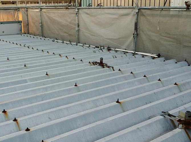 工場折板屋根の塗装前のサビの状態