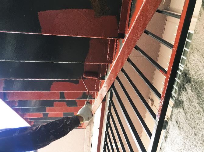サビ止め塗料を鉄骨階段にしっかりと塗ります。