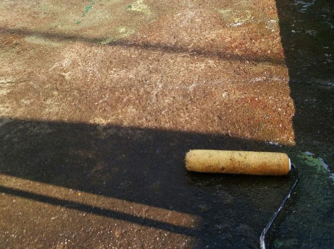 防水材を塗る前のプライマーの塗布中です。