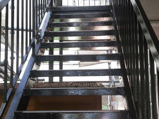 鉄骨階段の中塗り完了後のようすです。