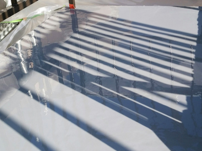 防水材を二層に塗装していきます。