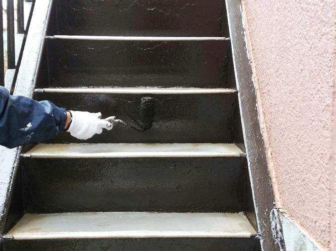 サビ止め完了後の上塗り施工中です。