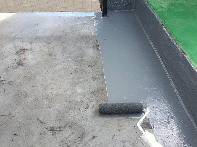 防水工事の上塗り施工中のようすです。