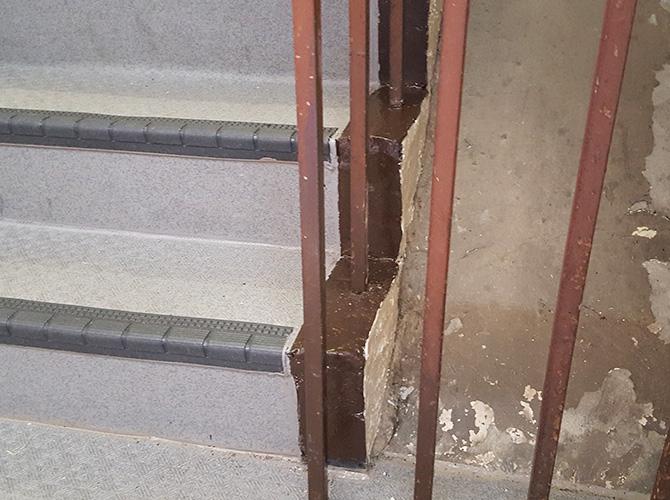 階段鉄部の塗装完了後のようすです。