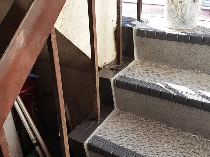 外階段塗装工事の施工完了後のようすです。