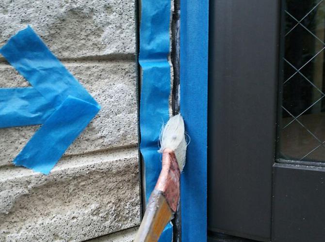 シーリング材を長持ちさせるためのプライマー塗布中です。