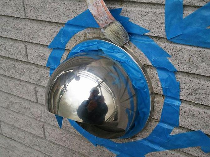 シーリング材の密着性を高めるためにプライマーを塗ります。
