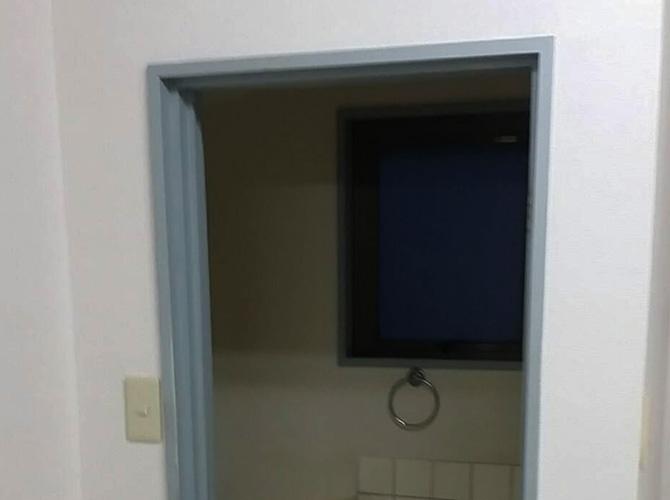 トイレドア枠塗装の施工前の状態です。