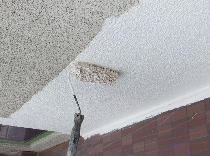 軒天井塗装の下塗り施工中のようすです。