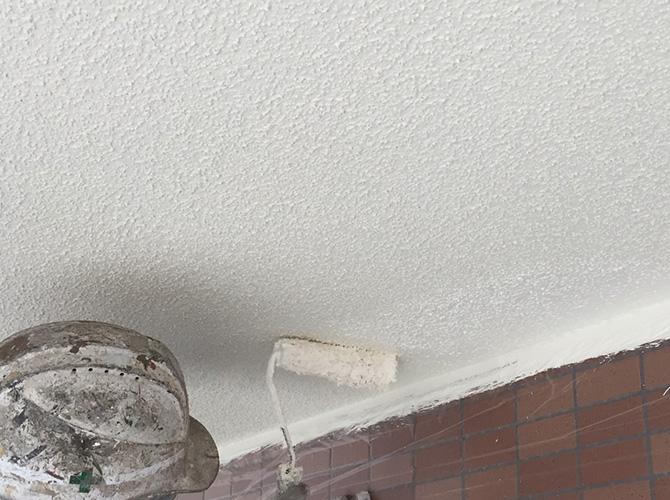 軒天井塗装の上塗り施工中のようすです。