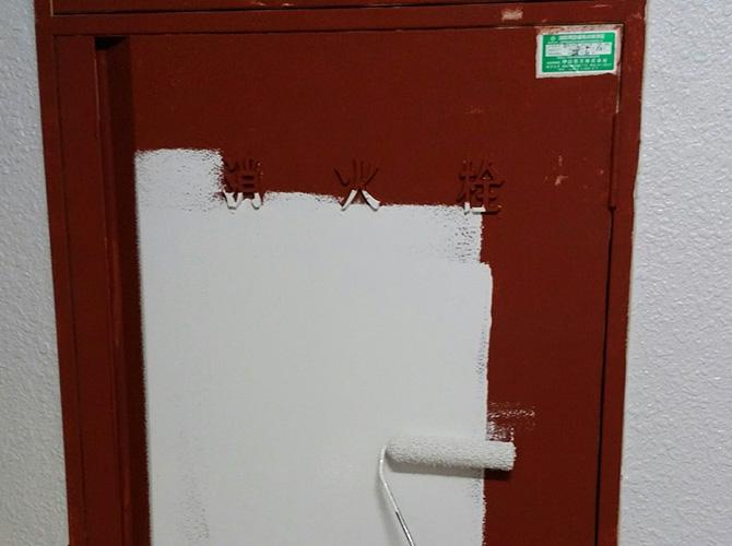 消火栓塗装の中塗り