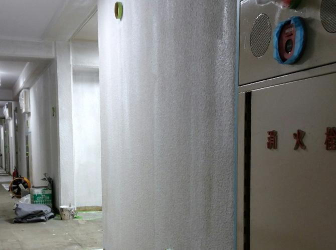 マンション廊下壁の下塗り後
