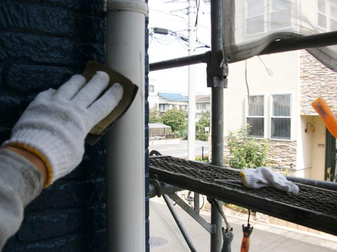 雨樋塗装前のケレン施工中です。