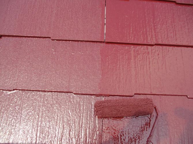 屋根塗装の上塗り施工中です。