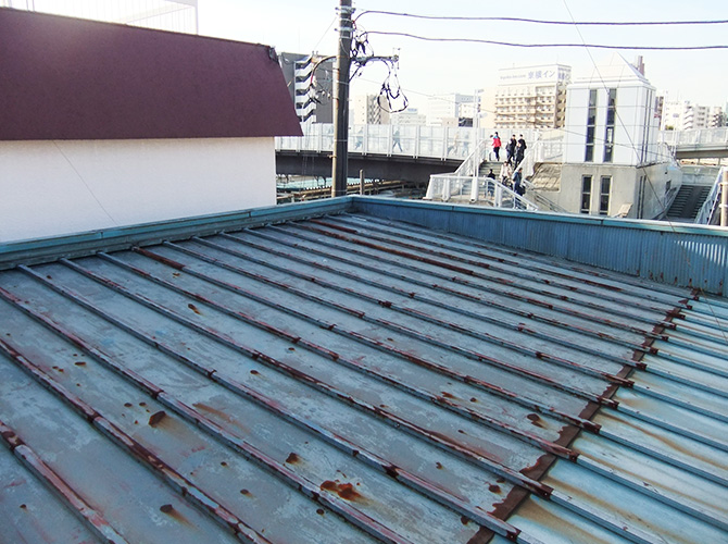 サビが出てきたトタン屋根の塗装前
