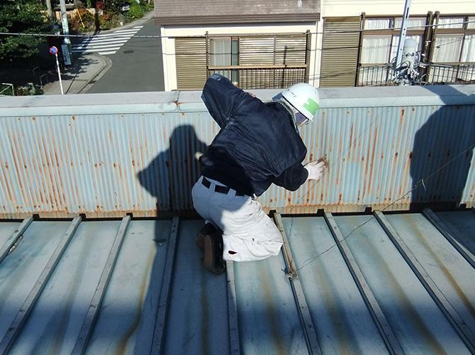 トタン屋根のケレン清掃中