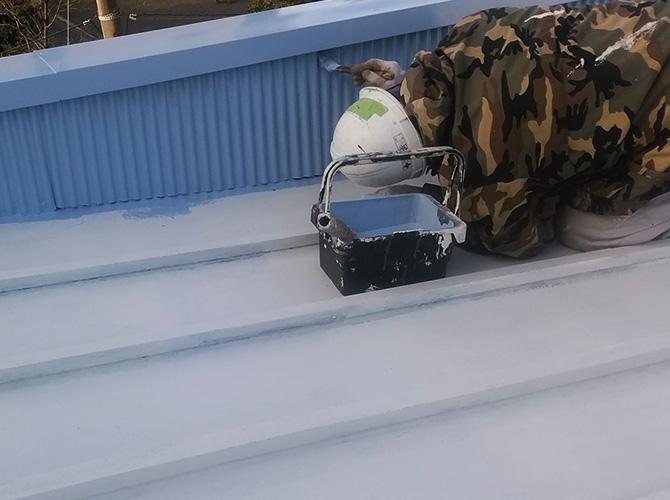 トタン屋根の中塗り刷毛塗装