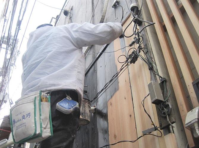 店舗の外壁塗装施工中です。