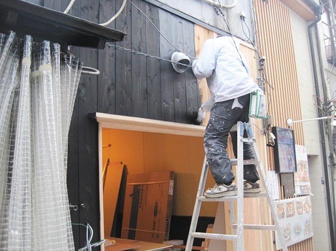 足場を組まない場合ははしごで施工します。