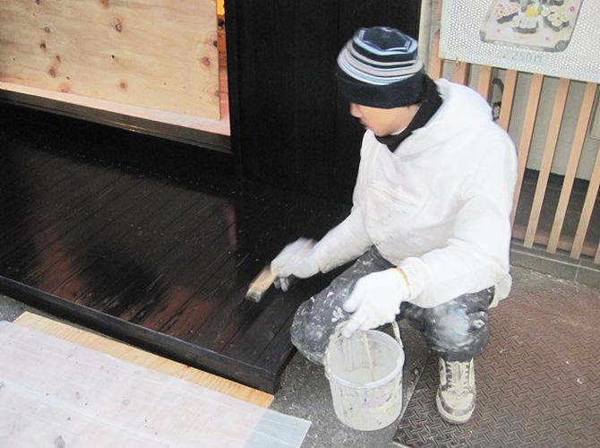 店舗の内装塗装の施工中です。