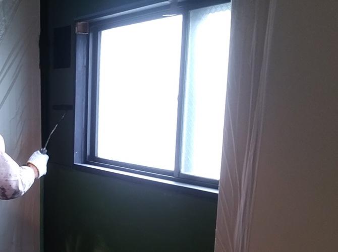 室内の壁塗装中
