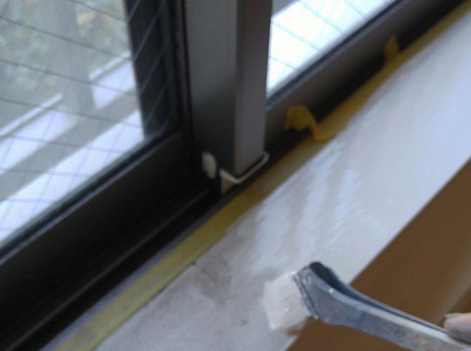 木部の下塗り施工中