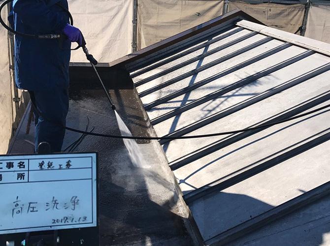屋根の高圧洗浄施工中のようすです。