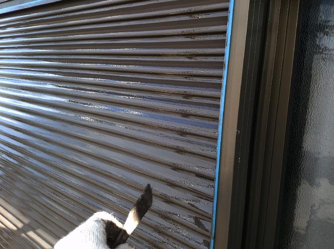 雨戸塗装の施工中