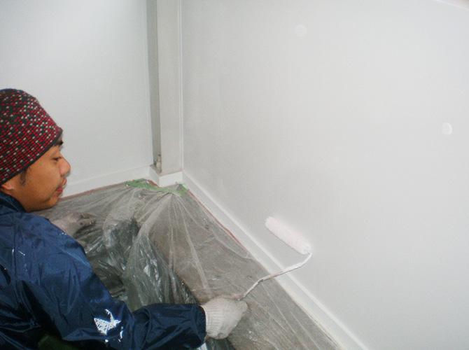アパート内装塗装の施工中です。