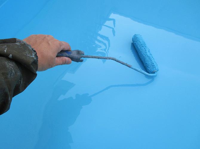 防水材の塗布中
