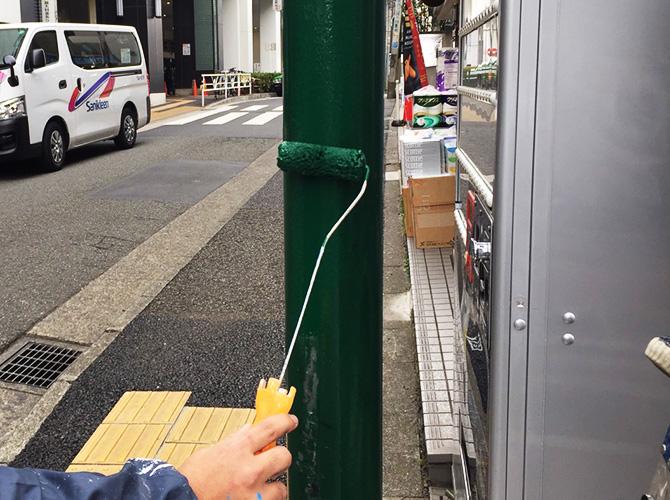 街路灯の塗装中
