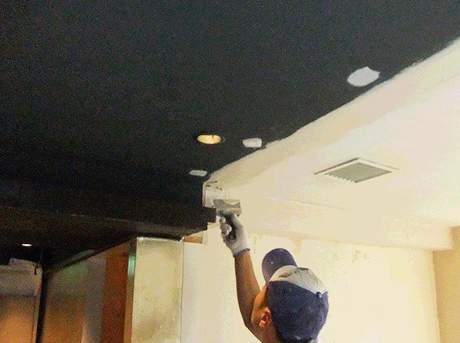 東京都八重洲にある店舗の天井塗装中