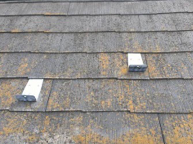 屋根の高圧洗浄の施工前の状態です。