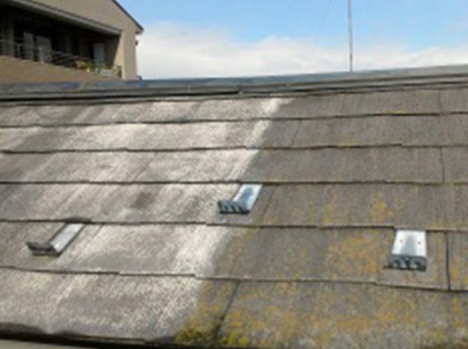 左側が屋根の高圧洗浄の施工後で右側の施工前と違いがはっきりわかります。
