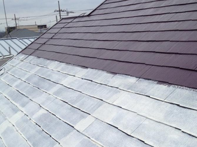 屋根の下塗りの施工中です。