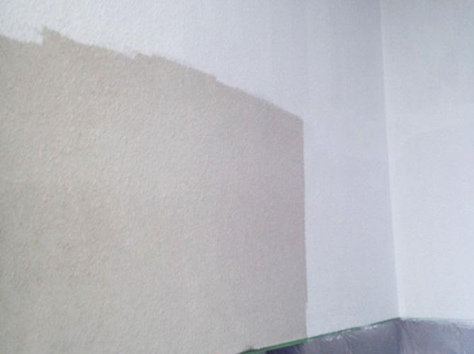 外壁の下塗り施工中です。