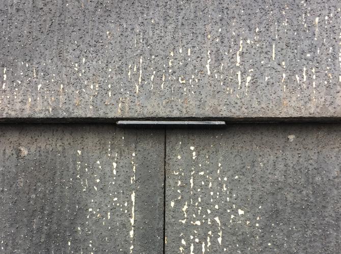 スレート屋根の塗装工事中のタスペーサーの設置