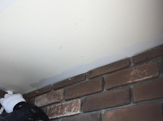 軒天井の一回目の塗装中