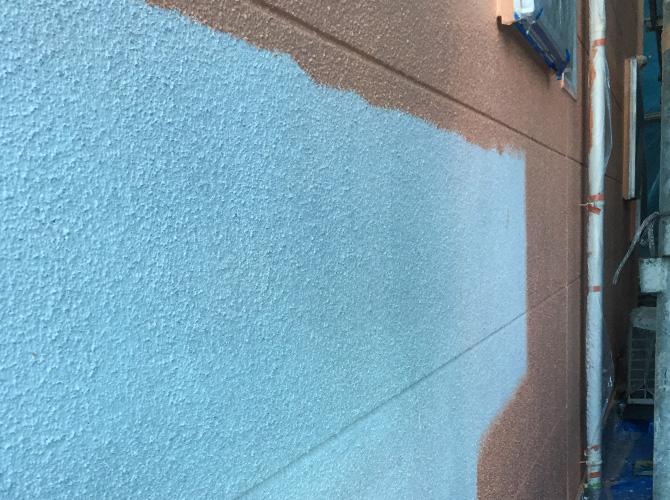 横須賀市一般住宅の外壁塗装の中塗り施工中