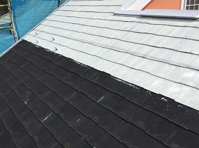 スレート屋根の屋根塗装の下塗り施工中