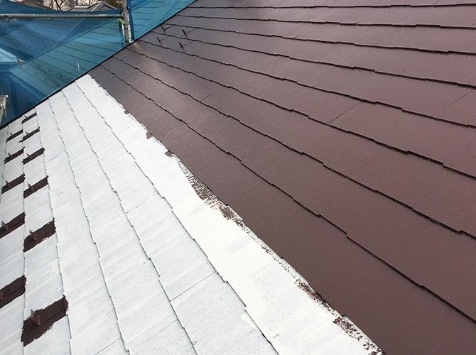 ブラウン系の配色で屋根塗装の中塗り施工中