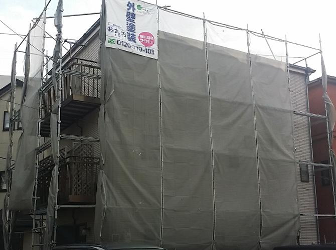外壁サイディングの戸建住宅の足場とメッシュシートの設置完了後