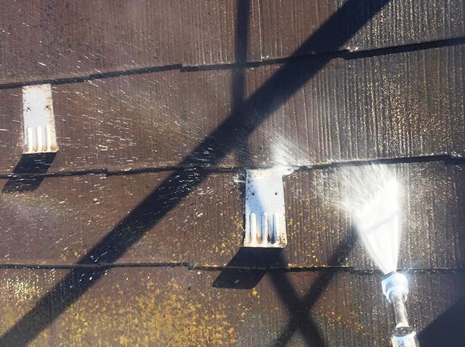 スレート屋根の高圧洗浄中のようす