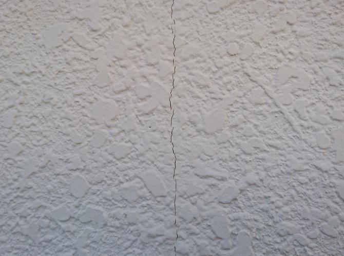 外壁のひび割れ補修前