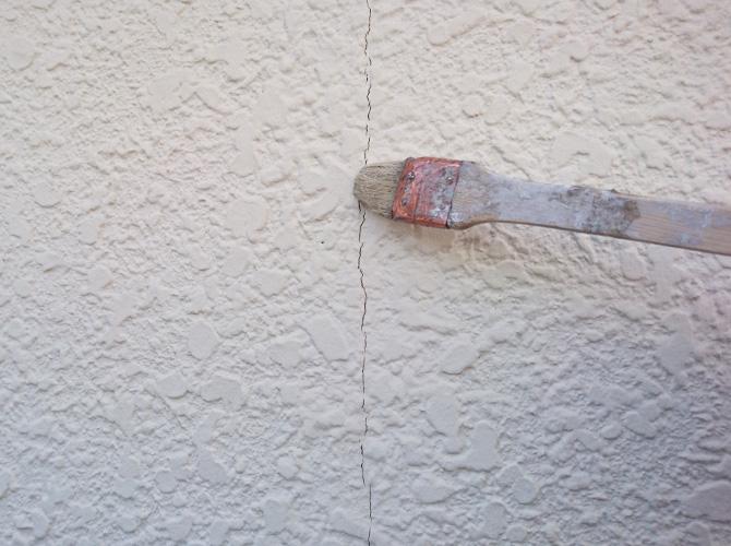 外壁ひび割れ部分のプライマー塗布中