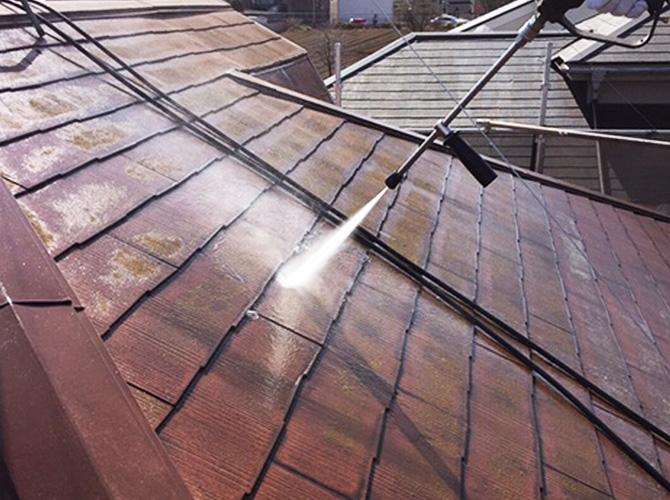 東久留米市戸建住宅のスレート屋根の高圧洗浄施工中
