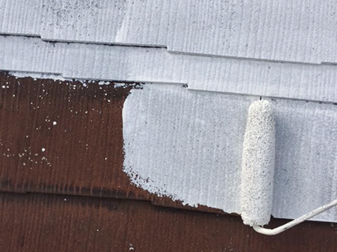 戸建住宅のスレート屋根の下塗り施工中