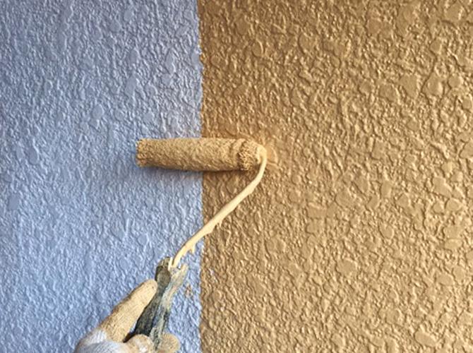ベージュ系の配色で外壁塗装の中塗り施工中