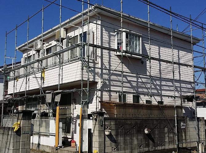 足立区住宅塗装の初日の足場の設置中