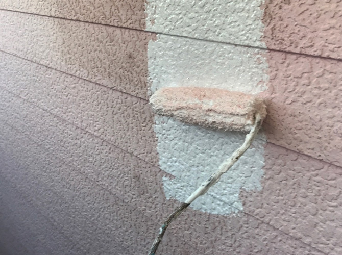 足立区戸建住宅の外壁塗装の下塗り施工中